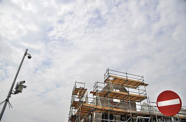 Nederland, Nijmegen, 1-5-2012Bouwvakkers zijn bezig met het bouwen van huizen in de nieuwe wijk Laauwik, onderdeel van de stadsuitbreiding de Waalsprong van Nijmegen in Lent. Uitgebreide camerabewaking en veiligheidsmaatregelen tegen diefstal. Door de slechte economische situatie worden veel van de nieuwbouwplannen gewijzigd of uitgesteld.Foto: Flip Franssen/Hollandse Hoogte