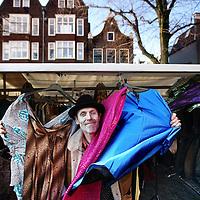 Nederland, Amsterdam , 2 januari 2012..Acteur Gert Jan Louwe, acteur bekend van Goede Tijden Slechte Tijden, Fame the Musical, Soul Assasin is ook timmerman en staat maandag op de Noordermarkt met een damesmodekraam..Foto:Jean-Pierre Jans