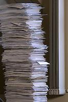 """12 JAN 2007, POTSDAM/GERMANY:<br /> Papierstapel im Buero von Prof. Hans Joachim Schellnhuber, Direktor, Potsdamer Institut fuer Klimaforschung, PIK, nach seiner Aussage """"ein physikalisches Experiment""""<br /> IMAGE: 20070112-01-017<br /> KEYWORDS: papers, Akte, Akten, Büro, office"""