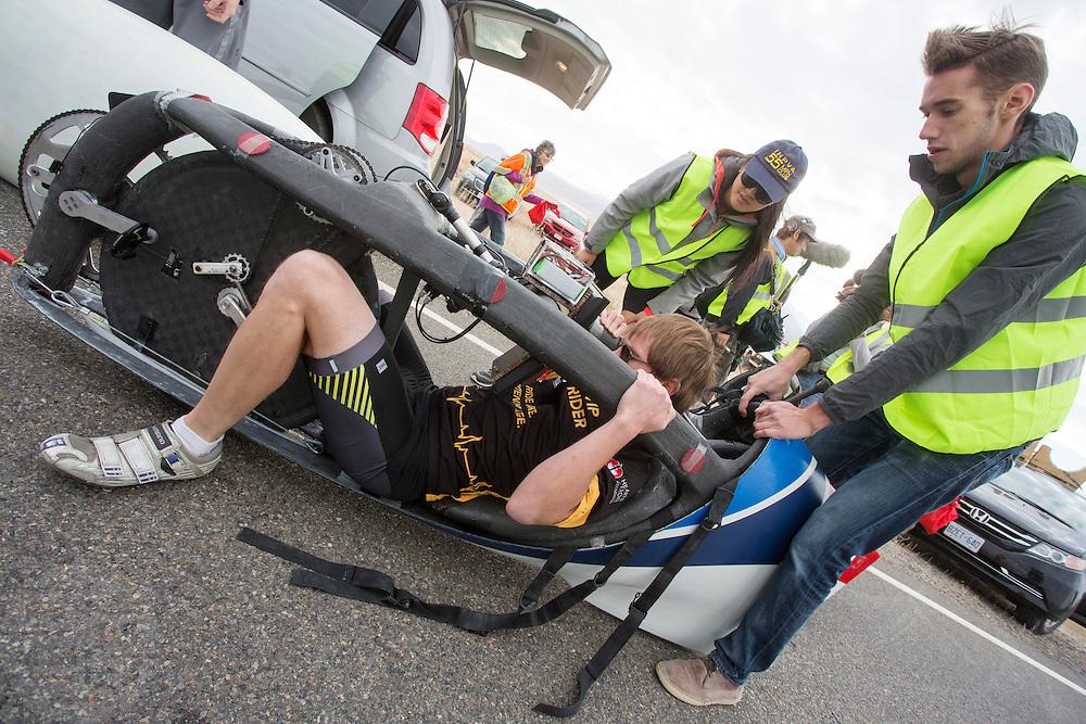 Calvin Moes zit in de Eta Prime bij de kwalificaties op maandagochtend. In Battle Mountain (Nevada) wordt ieder jaar de World Human Powered Speed Challenge gehouden. Tijdens deze wedstrijd wordt geprobeerd zo hard mogelijk te fietsen op pure menskracht. Het huidige record staat sinds 2015 op naam van de Canadees Todd Reichert die 139,45 km/h reed. De deelnemers bestaan zowel uit teams van universiteiten als uit hobbyisten. Met de gestroomlijnde fietsen willen ze laten zien wat mogelijk is met menskracht. De speciale ligfietsen kunnen gezien worden als de Formule 1 van het fietsen. De kennis die wordt opgedaan wordt ook gebruikt om duurzaam vervoer verder te ontwikkelen.<br /> <br /> In Battle Mountain (Nevada) each year the World Human Powered Speed Challenge is held. During this race they try to ride on pure manpower as hard as possible. Since 2015 the Canadian Todd Reichert is record holder with a speed of 136,45 km/h. The participants consist of both teams from universities and from hobbyists. With the sleek bikes they want to show what is possible with human power. The special recumbent bicycles can be seen as the Formula 1 of the bicycle. The knowledge gained is also used to develop sustainable transport.