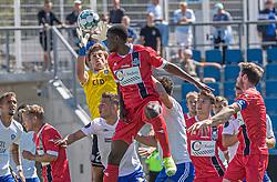 Målmand Alexander Hasmark Jensen (HIK) griber bolden foran prøvespilleren Brandon Onkony (FC Helsingør) under træningskampen mellem FC Helsingør og HIK den 1. august 2020 på Helsingør Ny Stadion (Foto: Claus Birch).
