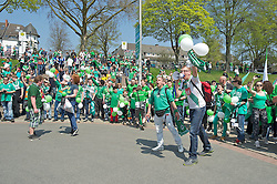 04.05.2013, Weserstadion, Bremen, GER, 1. FBL, SV Werder Bremen vs TSG 1899 Hoffenheim, 32. Runde, im Bild mehrere hundert Fans des SV Werder Bremen bereiten der Mannschaft im Bus einen enthusiastischen Empfang // during the German Bundesliga 32nd round match between the clubs SV Werder Bremen vs TSG 1899 Hoffenheim at the Weserstadion, Bremen, Germany on 2013/05/04. EXPA Pictures © 2013, PhotoCredit: EXPA/ Andreas Gumz ***** ATTENTION - OUT OF GER *****