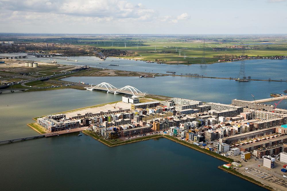 Nederland, Amsterdam, IJburg, 16-04-2008; Haveneiland-West met Enneus Heermabrug; de drie silo's op het Zeeburgereiland (links) zijn de restanten van de rioolwaterzuiverig; ook links de Zeeburgertunnel, richting Landelijk Noord en Schellingwoude; rechts Durgerdam en het Buien-IJ / IJ-meer; ..luchtfoto (toeslag); aerial photo (additional fee required); .foto Siebe Swart / photo Siebe Swart