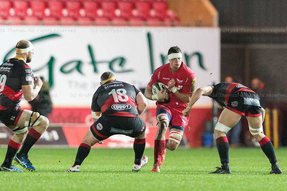 Parc y Scarlets, Llanelli, Wales, UK. Friday 5 January 2018.  Scarlets flanker Aaron Shingler in action in the Guinness Pro14 match between Scarlets and Newport Gwent Dragons.
