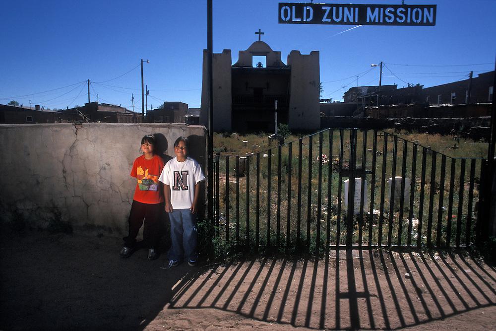 EEUU. Nuevo México. Zuni<br /> Niños en la entrada de la iglesia del pueblo indígena de Zuni<br /> <br /> USA. New Mexico. Zuni<br /> Children at the entrance of Old Zuni Mission at Zuni Indian Town<br /> <br /> © JOAN COSTA