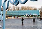 Nederland, Nijmegen, 18-12-2020 Gemeentelijk museum voor oudheid en moderne kunst het Valkhof. In de volksmond Het Zwembad genoemd. Permanente expositie van de collectie Romeinse items uit opgravingen in de omgeving, regio, zoals helmen, gezichtsmaskers, aardewerk, glaswerk en een triomfzuil . Wisselende exposities van hedendaagse kunst en kunstenaars . Een ontwerp van Ben van Berkel . Buiten staat een replica van een Romeinse overwinningszuil . Foto: ANP/ Hollandse Hoogte/ Flip Franssen