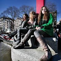 Nederland,Amsterdam ,16 februari 2008..Hangplek van Randa Peters (r) en vriendinnetjes op hun hangplek, de keizersbrug aan de Oudeschans.