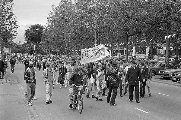 Nederland, Nijmegen, 30-6-1984Manifestatie op 30 juni 1984 in het Kronenburgerpark tijdens de achtste landelijke homodag. De manifestatie werd georganiseerd door het roze front, landelijke samenwerkingsverband van lesbiese en homogroepen, als antwoord op de Nijmeegse rellen tegen homofielen.Foto: Flip Franssen/Hollandse Hoogte