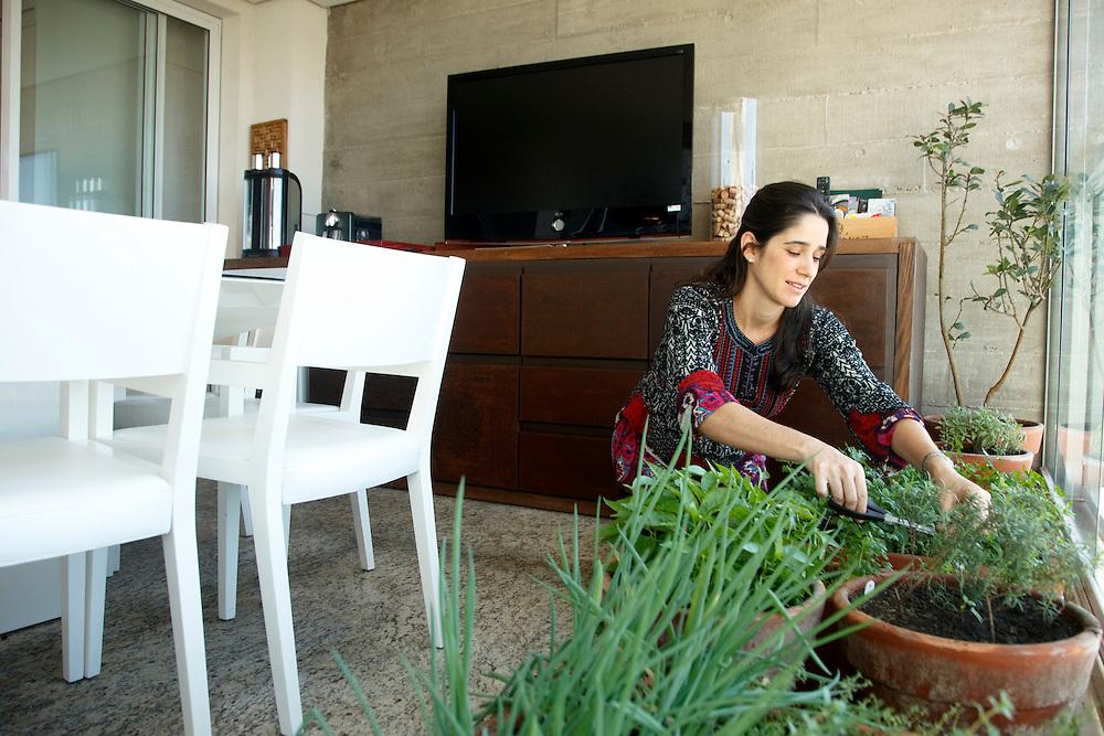 Sao Paulo_SP, Brasil...Na foto uma personal chef (vai na casa das pessoas ensinar a comer bem em casa) e mantem uma horta dentro de casa em Sao Paulo...In this photo a personal chef (She goes to people homes and teaches how to eat well at home) and she has some plants in the house in Sao Paulo...Foto: SERGIO ZACCHI / NITRO