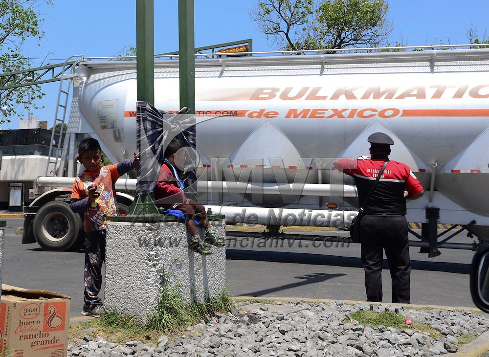 Toluca, México (Abril 28, 2016).- Dos niños descansan un momento mientras los semáforos de La Maquinita se ponen en rojo para poder realizar sus malabares y  ganarse unas cuantas monedas.  Agencia MVT / Crisanta Espinosa.