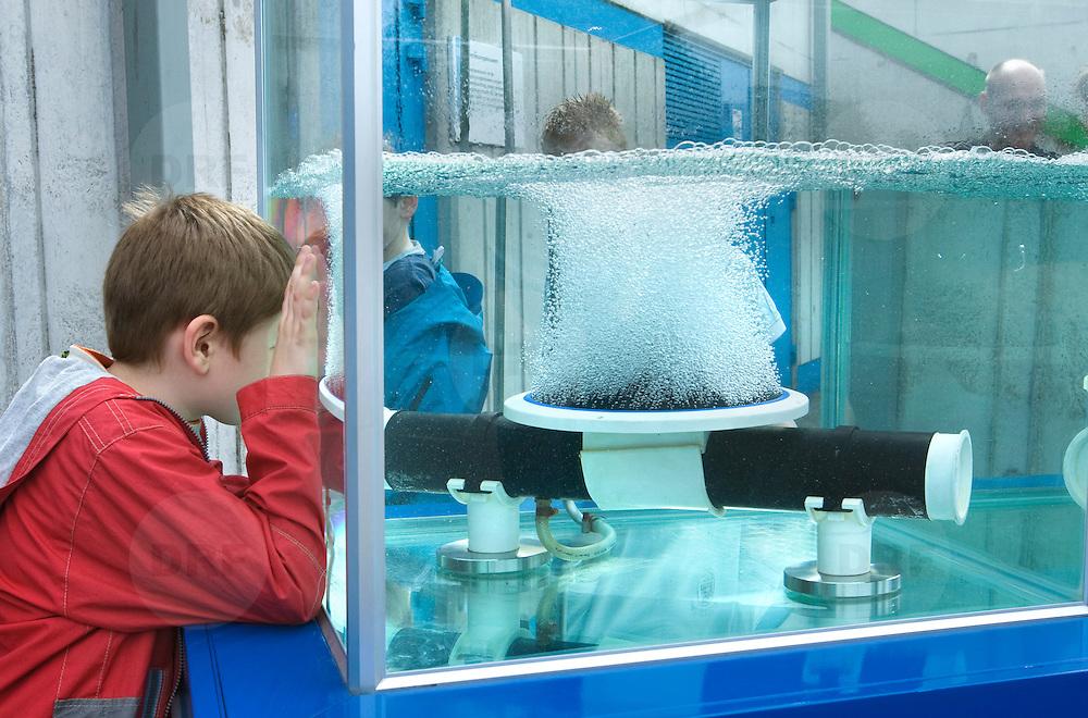 Nederland Capelle aan den Ijssel 9 mei 2009 20090509Zuivering water Awzi Kralingseveer, Rivium AwzI.Jongen bekijkt demonstratie installatie die zuurstof toevoegt aan het water, dit om het reinigingsproces van het water te versnellem.Kralingseveer is de grootste afvalwaterzuiveringsinstallatie van Schieland en de Krimpenerwaard. Deze zuivering zuivert het afvalwater van huishoudens en bedrijven . Waterschap Schieland en de Krimpenerwaard, deze zorgt als waterschap voor droge voeten en schoon water in een bepaald gebied. Foto David Rozing