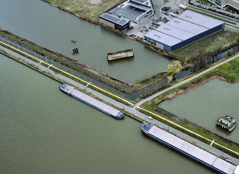 Nederland, Utrecht, Nieuwegein, 25-02-2020; Vreeswijk, Lekkanaal is verbreed in verband met de renovatie van de nabijgelegen Prinses Beatrixsluis. Historische delen van  Nieuw Hollandse Waterlinie (NHW) zijn behouden door ze te verplaatsen, de liniedijk is opgeschoven.<br /> The Lek canal has been widened while preserving historical parts of the New Holland Waterline (NHW) have been retained by relocating them, the line dyke has shifted.<br /> luchtfoto (toeslag op standard tarieven);<br /> aerial photo (additional fee required)<br /> copyright © 2020 foto/photo Siebe Swart