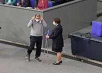 DEU, Deutschland, Germany, Berlin, 05.11.2020: Einen Mitarbeiterin des Bundestags reicht Johannes Schraps (MdB, SPD) nach einer Rede im Plenarsaal des Deutschen Bundestags seine Krücken. Schraps hatte sich beim Fußballspielen im FC Bundestag eine Beinverletzung zugezogen.