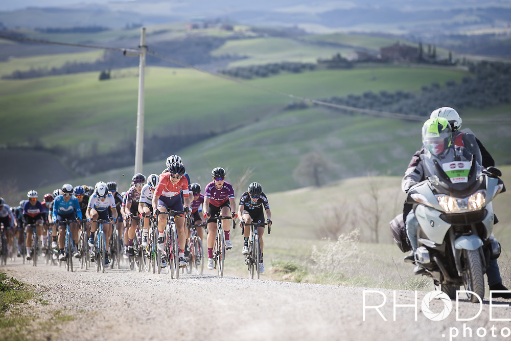 Elise Chabbey (SUI/Canyon Sram Racing) leading the chase in the peloton. <br /> <br /> 7th Strade Bianche Women Elite <br /> Siena > Siena 136km<br /> <br /> ©RhodePhoto