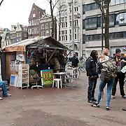 """Vandaag werd op het Beursplein te Amsterdam onder een handvol actievoerders vergadering gehouden. Robert Jan Kelder, oprichter en directeur van de Stichting Uitgeverij Willehalm Instituut maakte van de gelegenheid gebruik een hield een presentatie van het zojuist verschenen boek """"Doodlopende weg - waarom de Nederlandse geheime dienst haar top geheimagent Theo van Gogh heeft vermoord"""" van Slobodan Mitric, alias Karate Bob. Foto JOVIP/JOHN VAN IPEREN"""