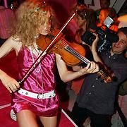 NLD/Amsterdam/20050628 - Presentatie Samsung Ladyphone, violiste Ute