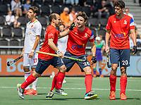 AMSTELVEEN -  Pieter van Straaten (Fra) heeft gescoord en viert het met Antonin Igau (Fra)  tijdens de wedstrijd mannen , Spanje-Frankrijk (2-3) bij het  EK hockey , Eurohockey 2021. COPYRIGHT KOEN SUYK