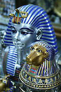 Det er fotoforbud som håndheves meget strengt i Det egyptiske museet i Kairo, men det er laget mange souvenirer basert på kulturskattene i museet. Foto: Bente Haarstad