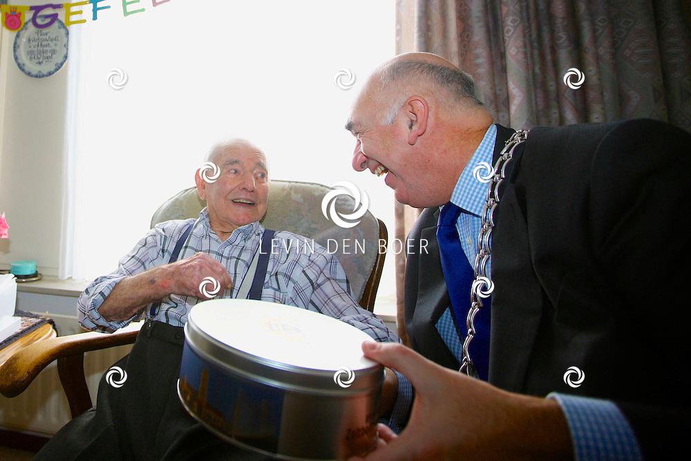 ZALTBOMMEL - De heer M. van Dalen is vandaag 105 jaar oud geworden. Burgemeester Albert van den Bosch kwam natuurlijk even langs om hem een heerlijk kado te geven. FOTO LEVIN DEN BOER - PERSFOTO.NU