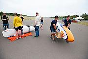 De VeloX 4 wordt naar de baan gebracht voor de recordpoging. Het Human Power Team Delft en Amsterdam (HPT), dat bestaat uit studenten van de TU Delft en de VU Amsterdam, is in Senftenberg voor een poging het laagland sprintrecord te verbreken op de Dekrabaan. In september wil het HPT daarna een poging doen het wereldrecord snelfietsen te verbreken, dat nu op 133 km/h staat tijdens de World Human Powered Speed Challenge.<br /> <br /> The VeloX 4 is carried to the track for the record attempt. With the special recumbent bike the Human Power Team Delft and Amsterdam, consisting of students of the TU Delft and the VU Amsterdam, is in Senftenberg (Germany) for the attempt to set a new lowland sprint record on a bicycle. They also wants to set a new world record cycling in September at the World Human Powered Speed Challenge. The current speed record is 133 km/h.