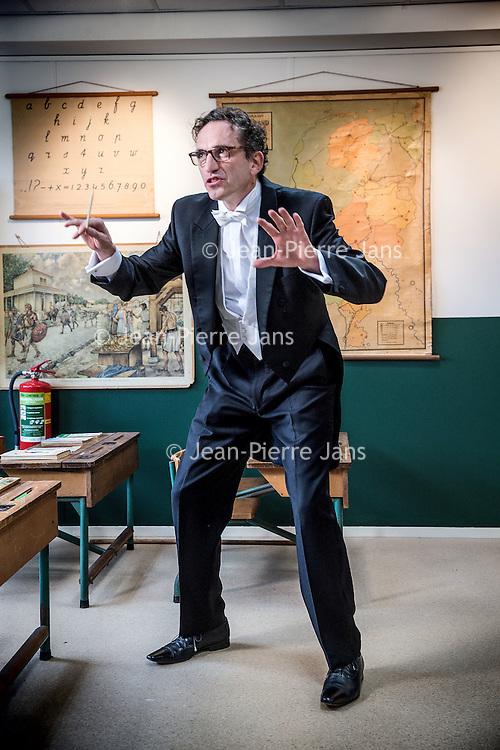 Nederland, Den Haag, 20 maart 2016.<br /> tv-opnames voor DementieTv in kamers die in jaren 50-stijl zijn ingericht (Herinneringsmuseum). DementieTv wil vanaf dit najaar dagvullende programma's verzorgen die zijn afgestemd op de verstandelijke en emotionele vermogens/behoeften van mensen met (vergevorderde) dementie.<br /> Op de foto: Luchtdirigent Richard van Roessel tijdens de opnames.<br /> <br /> TV recordings for DementieTv in rooms decorated in 50 's style ( Memorial Museum). DementieTv will provide full-day programs this fall that are tailored to the intellectual and emotional capacities / needs of people with ( advanced ) dementia.<br /> In the photo : Conductor Richard van Roessel during the shooting <br /> <br /> Foto: Jean-Pierre Jans