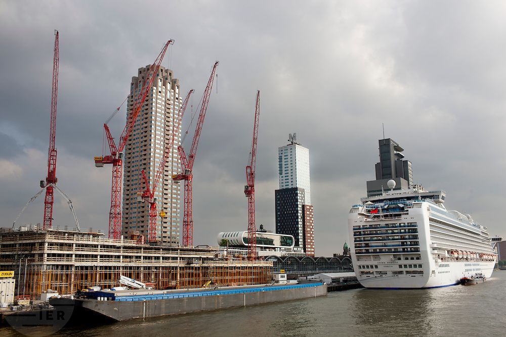 De Kop van Zuid in Rotterdam, waar druk gebouwd wordt en een groot cruiseschip ligt aangemeerd.<br /> <br /> At the south part of Rotterdam a cruise ship is near the terminal, while in the background major constructions are going on.