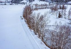 THEMENBILD - Menschen bei spazieren in der mit Schnee bedeckten Landschaft bei einem zugefrorenen See, aufgenommen am 16. Januar 2019 in Kaprun, Oesterreich // People walking in the snow-covered landscape at a frozne Lake in Kaprun, Austria on 2019/01/15. EXPA Pictures © 2019, PhotoCredit: EXPA/ JFK
