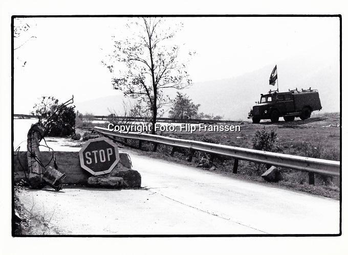 Joegoslavie, Knin, 20-11-1990 Roadblock, door burgers opgeworpen, bij Knin. De servische enclave Knin heeft aangekondigd zich van Kroatie af te scheiden als dat zich onafhankelijk zal verklaren. Een half jaar later gebeurde dit en het uiteenvallen van joegoslavie was een historisch feit. Foto: ANP/ Hollandse Hoogte/ Flip Franssen