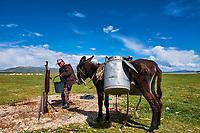 Kirghizistan, province de Naryn, le lac de Song Kol, campements de yourte des nomades Kirghiz, corvée d'eau // Kyrgyzstan, Naryn province, Song Kol lake, Kirghiz nomad's yurt camp, water duty