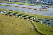 Nederland, Gelderland, Driel, 11-02-2008; stuw in de Neder-Rijn ten Westen van Arnhem; de vizierschuif van de stuw is geopend (vizier schuif); de stuw dient om waterpeil van Neder-Rijn en IJssel te reguleren: als de Rijn weinig wateraanvoer heeft wordt de stuw gesloten om er voor te zorgen dat de verder stroomopwaarts gelegen IJssel (ten Oosten van Arnhem) voldoende water krijgt; onder in beeld de sluis (schutsluis) die wordt gebruik als de stuw gesloten is..luchtfoto (toeslag); aerial photo (additional fee required); .foto Siebe Swart / photo Siebe Swart