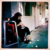 Kreta, Kroustas , 23 juli 2013.<br /> <br /> Bewoonster van het bergdorpje Kroustas even ten Zuiden van Kritsa in het Noord Oosten van Kreta.<br /> Summer holiday on the Greek island of Crete. An old lady crocheting. Streetview.