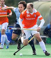 BLOEMENDAAL - hoofdklasse competietiewedstrijd heren tussen Bloemendaal en Laren (9-1). Teun de Nooijer  van Bloemendaal in duel met Laren-verdediger Rody Hofkamp. Foto KOEN SUYK