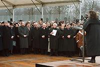 27 JAN 2000, BERLIN/GERMANY:<br /> Joschka Fischer, Wolfgang Thierse, Gerhard Schröder, Johannes Rau, Rudolf Seiters, Paul Eisenman, lauschen der Rede von Lea Rosh, Vorsitzende des Förderkreises für das Mahnmal, anlässlich dem Festakt zum symbolischen Baubeginn für das Holocaust-Mahnmal, auf dem Baugelände, südlich vom Brandenburger Tor<br /> IMAGE: 20000127-01/02-23<br /> KEYWORDS: speech, holocaust memorial, Mahnmal