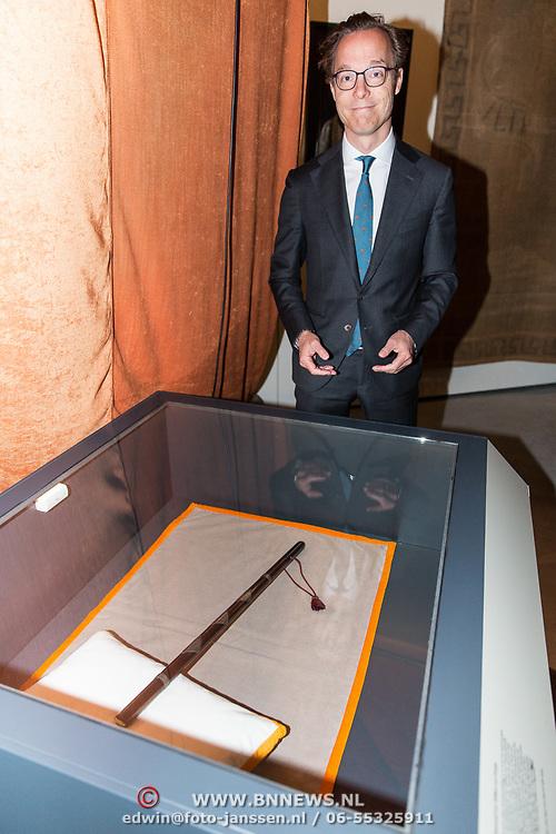 NLD/Soesterberg/20180424 - Koning opent tentoonstelling 'Willem', Prins Jaime de Bourbon de Parme bij de baton van Willem van Oranje