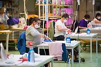 DEU, Deutschland, Germany, Eberswalde, 11.06.2020: Bei der Firma Thorka arbeiten Näherinnen in der Schulranzenproduktion und fertigen zudem Feder- und Sporttaschen. In der Corona-Krise produziert der Schulranzenhersteller (McNeill) auch Mund-Nase-Schutzmasken. Hier Frauen mit Bügeleisen beim bügeln der Masken. Im Unternehmen gibt es Pläne, in die Herstellung von medizinischen FFP-Masken einzusteigen.