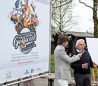 TILBURG - Prise d'eau voorzitter Huib Braamse met Robert-Jan Derksen. De tweede editie van de ING Private Banking Golfweek vindt plaats van 7 tot en met 9 juli op golfclub Prise d'eau in Tilburg. Een evenement voor jong en oud waarbij kijken, beleven en zelf doen centraal staan en de toegang gratis is. Dit unieke evenement waar topsport en breedtesport samenkomen is op 6 april aangekondigd op golfclub Prise d'eau. Robert-Jan Derksen introduceerde dé golf experience van Nederland. FOTO KOEN SUYK