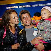 NLD/Amsterdam/20100919 - inloop premiere Musical Sesamstraat, Koert Jan de Bruijn en partner Charlotte Huiskamp met dochter Keetje Sofia