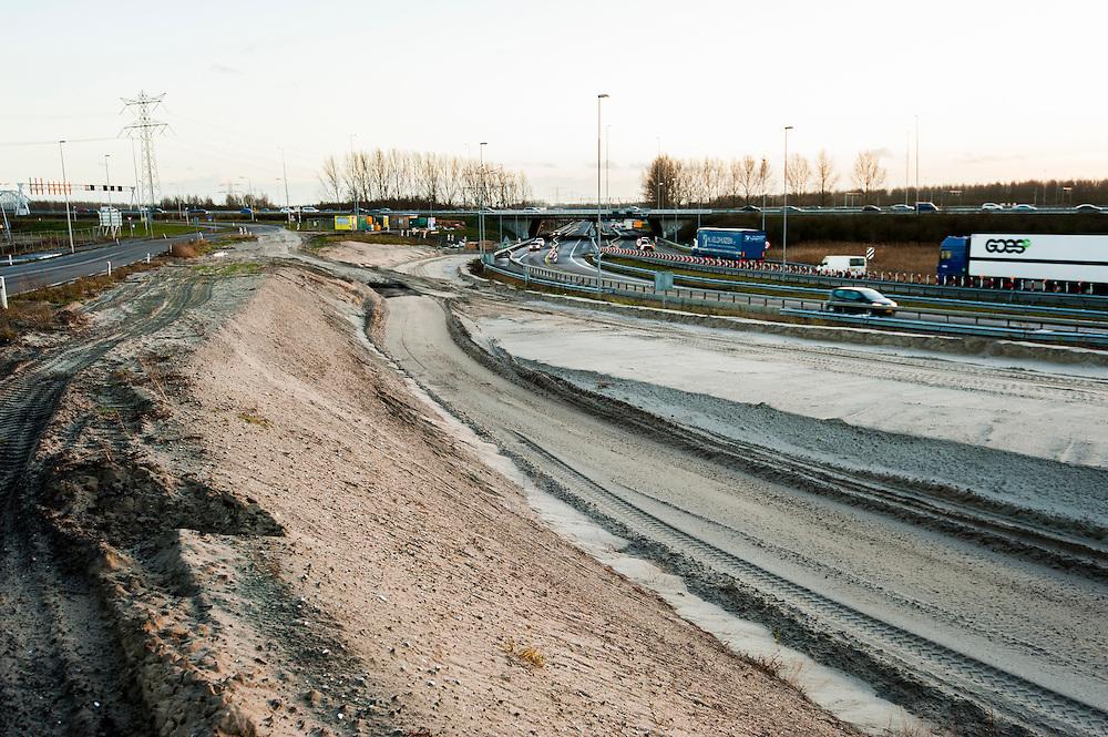Nederland, Muiden, 2 jan 2014<br /> Wegenbouw bij Muiden, waar de A9 bij de A1 komt. <br /> Foto: Michiel Wijnbergh