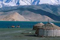 Chine. Province du Sinkiang (Xinjiang). Lac Karakul (3500m d'altitude) et le Mustagh-Ata (7546m). Yourte Kirghiz. // China. Sinkiang Province (Xinjiang). Karakul (Karakoul) lake (3500m altitude) and Mustagh-Ata mountain (7546m). Kirghiz yurt
