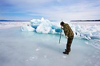 Russie, Siberie, Oblast d'Irkoutsk, lac Baikal, Maloe More ( petite mer), le lac gelé pendant l'hiver, pecheur en hiver// Russia, Siberia, Irkutsk oblast, Baikal lake, Maloe More (little sea), frozen lake during winter, fishing on the ice