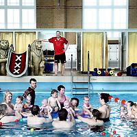 Nederland, Amsterdam , 20 maart 2012..Babyzwemmen in Zuiderbad..Ouders met hun baby's tijdens de babyzwemles in Zuiderbad in de Hobbemastraat..Zuiderbad bestaat 100 jaar..VOORKEURFOTO!.Foto:Jean-Pierre Jans