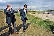 Nederland, Ooij, 13-4-2011Minister president, premier Mark Rutte bracht vandaag een bezoek aan het rivierengebied in Gelderland. Hij deed dit om de gevolgen te zien van de crisis en herstelwet, die bepaalde openbare projecten versneld laat uitvoeren om de werkgelegenheid op peil te houden na de financiele crisis. Hier in de Millingerwaard en landbouwgebieden langs de Waal die door boeren beheerd worden als recreatiegebied.Foto: Flip Franssen/Hollandse Hoogte