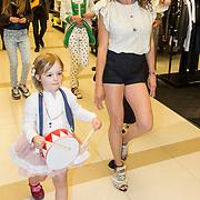 NLD/Amsterdam/20140409 - Presentatie Sam & haas fairtrade juwelenlijn, Katja Schuurman en dochter Sammie
