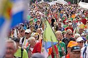 Nederland, Nijmegen, 19-7-2019Intocht van de wandelaars in Nijmegen op de vierde dag van de 103e 4Daagse . Het vierdaagselegioen loopt over de Via Gladiola Nijmegen binnen. Na een feestelijke intocht volgt de uiteindelijke finish en het ophalen van het kruisje, vierdaagsekruisje, op de Wedren. Iedere deelnemer krijgt een bloem, gladiool, uitgereikt. Foto: Flip Franssen