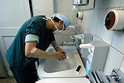 Nederland, Heerlen, 2-7-2004..Chirurg wast zijn handen en armen voor een  operatie in operatiekamer, ok, o.k. in Atrium ziekenhuis Heerlen. gezondheidszorg, ok verpleegkundigen,  assistenten, chirurgie, kosten, wachtlijsten, instrumenten, Medisch specialist, ziekte, transplantatie, donor, anesthesie..Foto: Flip Franssen