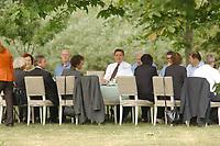 29 JUN 2003, NEUHARDENBERG/GERMANY:<br /> Das Bundeskabinett unter Gerhard Schroeder (M), SPD, Bundeskanzler, tagt im Freien unter den Baeumen im Schlosspark, Klausurtagung des Bundeskanbinetts, Schloss Neuhardenberg, Brandenburg<br /> IMAGE: 20030629-01-051<br /> KEYWORDS: Kabinett, Sitzung, Klausur, Kabinettsklausur, Schloß Neuhardenberg, Gaerhard Schröder