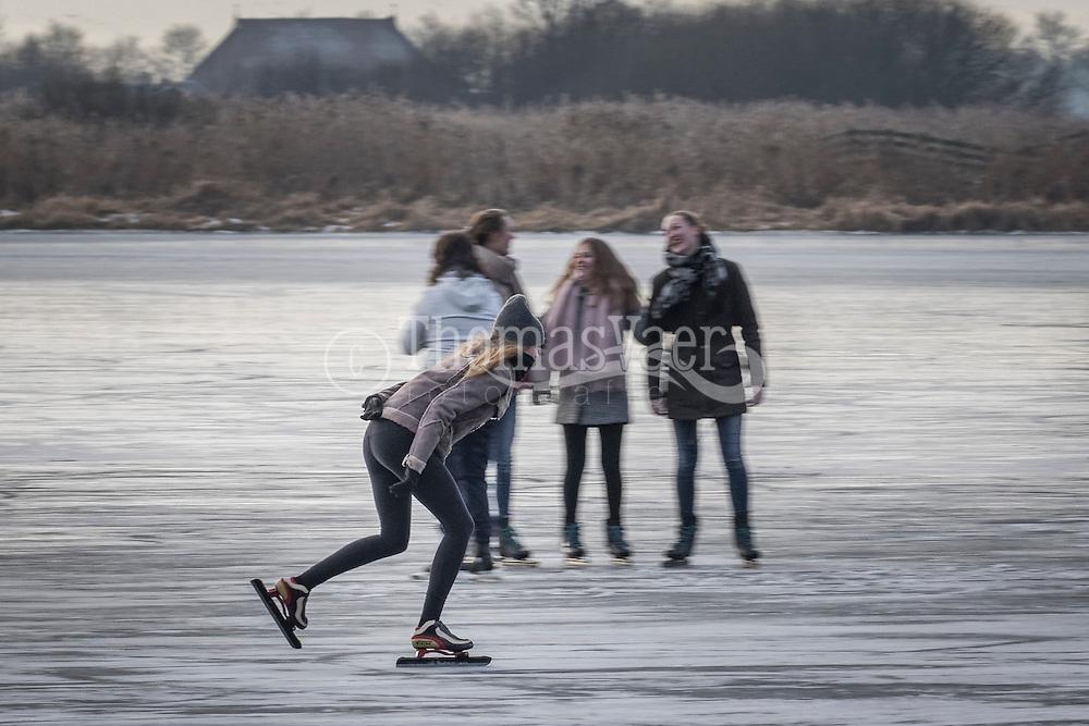 Schaatspret in Friesland. Schaatsen op ondergelopen weiland bij Sneek
