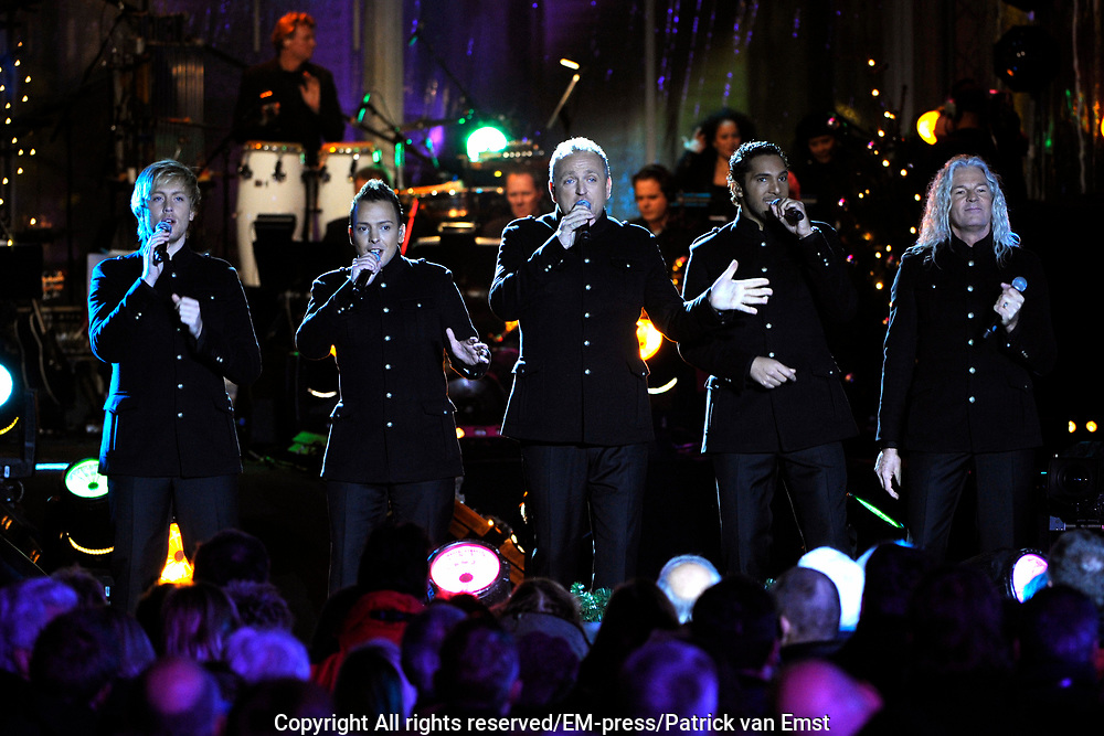 KRO Kerststerren 2011 opgenomen in de tuin voor Paleis Soestdijk De opnamen zijn voor  KRO Kerststerren en KRO Nieuwsjaarssterren.<br /> <br /> Op de foto:  LA The Voices met Gordon