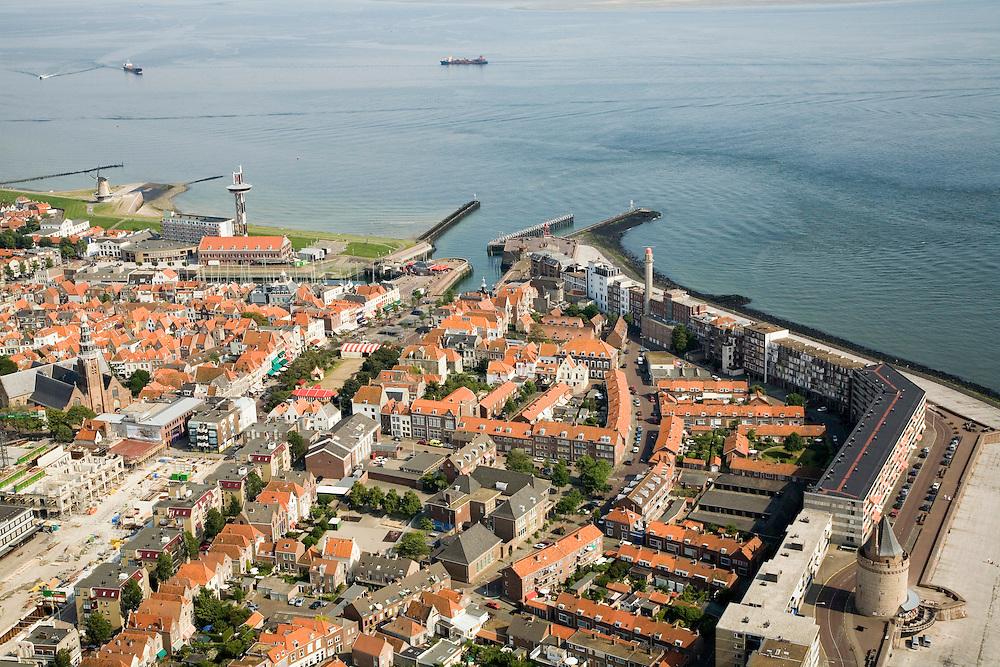 Nederland, Zeeland, Vlissingen, 04-07-2006;  Westerschelde met Rede van Vlissingen, gezien vanuit de binnenstad; links molen en havenlicht, midden de twee havenhoofden van de jachthaven, dan hotels en vuurtoren aan de Boulevard  De Ruyter, de knik van het Leugenaarshoofd, de Gevangentoren..The Westerschelde (water) with the roadstead of Vlissingen, seen from town..On the left the miland port light, the middle two pier heads of the marina, the hotels and lighthouse on the De Ruyter Boulevard.. ..luchtfoto (toeslag); aerial photo (additional fee required); .foto Siebe Swart / photo Siebe Swart