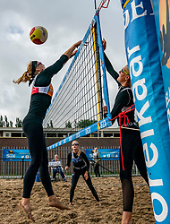Madelein Meppelink, Brecht Piersma in action. From July 1, competition in the Netherlands may be played again for the first time since the start of the corona pandemic. Nevobo and Sportworx, the organizer of the DELA Eredivisie Beach volleyball, are taking this opportunity with both hands. At sunrise, Wednesday exactly at 5.24 a.m., the first whistle will sound for the DELA Eredivisie opening tournament in Zaandam on 1 July 2020 in Zaandam.